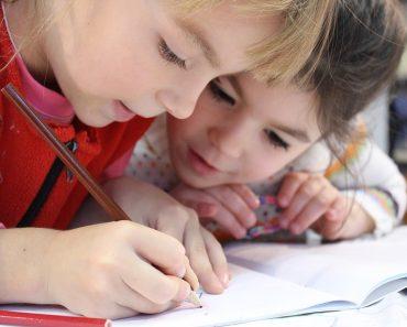 niñas escribiendo en el colegio