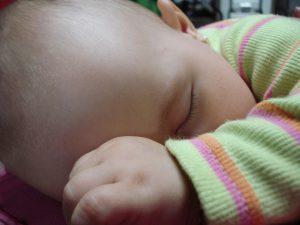 detalle de bebe durmiendo
