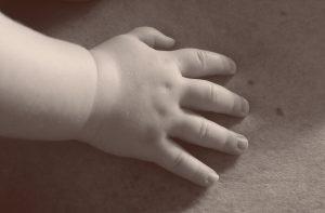 mano bebe en blanco y negro