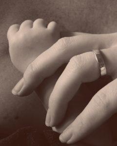 mano del bebe y de la mama