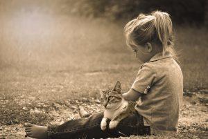 niña sentada con su gato