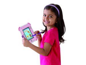 niña jugando con tablet