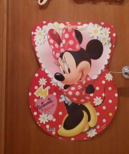Donde encontré a mejor precio la piñata fue en chuchesonline.com y gustó tanto que al finalizar la fiesta reaprovechamos el cartón para decorar la puerta de mis peques