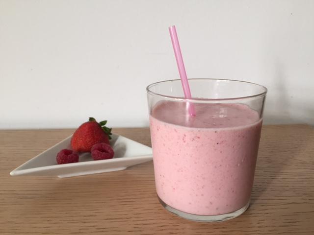 Bebida refrescante smoothie de fresa, frambuesa y vainilla